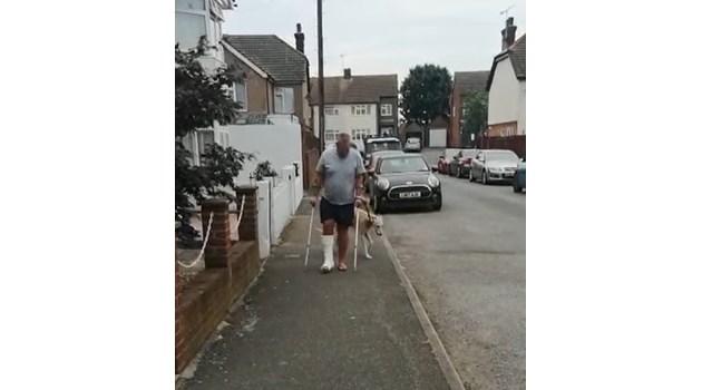 Куче накуцва от съчувствие към стопанина си със счупен крак