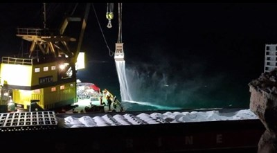 Азотен тор се сипе в морето от кораба край Яйлата (Видео)
