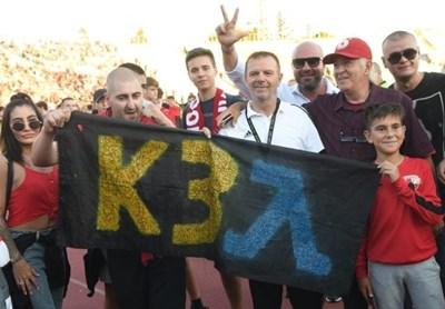 "Стойчо Младенов се извини заради обиден за ""Левски"" плакат, зад който е сниман"