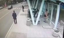 Появи се имитатор на циганина, ритнал жена в берлинското метро. Опитват се да го измъкнат с оправданието, че е луд! Вижте видео от бруталната атака