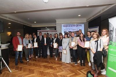 """Носителите на наградите """"Къща на годината"""" за 2018 г. заедно с кмета на София Йорданка Фандъкова и главния архитект Здравко Здравков."""