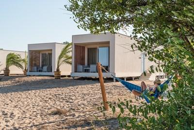 """Къщички от средиземноморски тип очакват туристите в къмпинг """"Градина""""."""