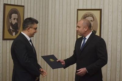 Пламен Николов получава папката с проучвателния мандат от президента Радев. Снимка ВЕЛИСЛАВ НИКОЛОВ