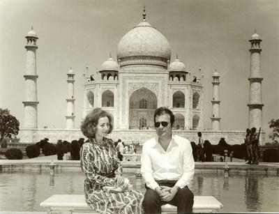 Галя и Петър Младенови пред Тадж Махал в Индия