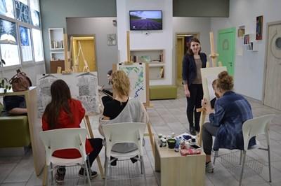 """Състезание по рисуване между различни класове в столичното 51-о СУ """"Елисавета Багряна"""". Темите са свързани с изучаван материал по други предмети."""