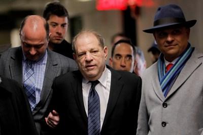 Харви Уайнстийн влезе в съда в Манхатън във връзка с най-големия съдебен процес от появата на движението #Аз също СНИМКА: РОЙТЕРС