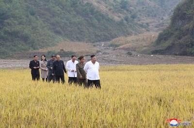 Ким Чен Ун инспектира дейностите по възстановяване в наводнено село, в най-новото си посещение на пострадали от неотдавнашни тайфуни селища, заедно със сестра си СНИМКА: РОЙТЕРС