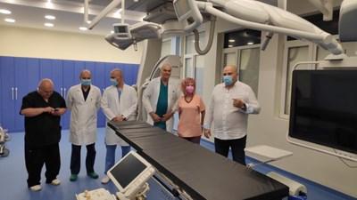 Директорът на болницата д-р Стефан Филев (вдясно) и съдови хирурзи на откриването на хибридната операционна зала