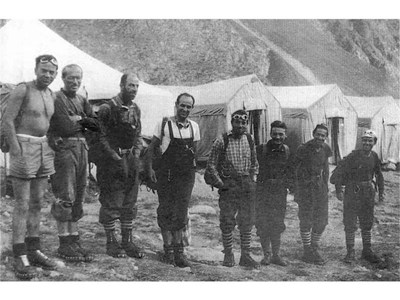 Алпинистите строени преди старта. От ляво на дясно - трети е Йордан Мачирски, Цанко Бангиев, Радко Бреянов (и тримата загиват). Последен е авторът Сандю Бешев.   СНИМКИ: ЛИЧЕН АРХИВ