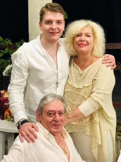 Михаил Белчев заедно със съпругата си Кристина и синът им Константин СНИМКА: Личен архив