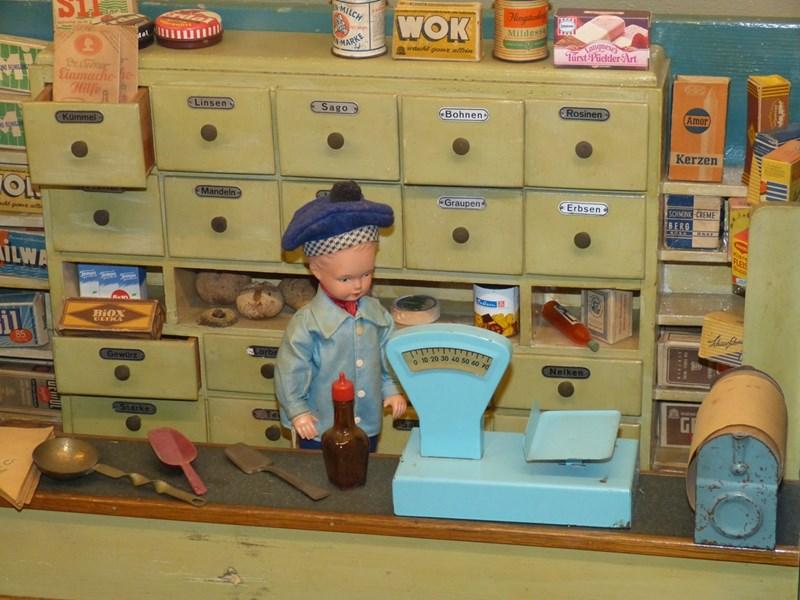 Децата обожават да продават в магазин.
