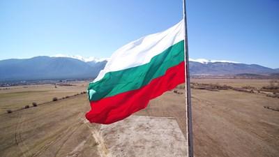 Националното знаме с размери 9 на 15 метра се вее между Банско и Разлог.