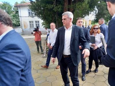 Стефан Янев пристигна в родното си село Поповица, където не е ходил от дете. Снимка: Авторът