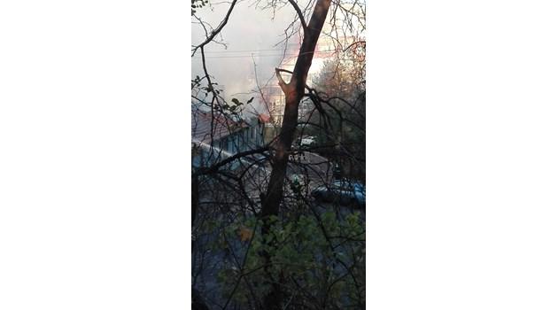Огромен пожар в Бургас, горят складове с боеприпаси (Снимки)