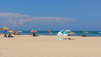 Дъждът често прогонва плажуващите и чадърът се оказва най-ползваното средство това лято.