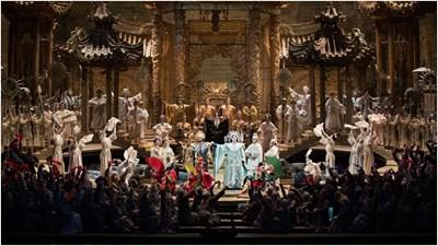 """Пищната постановка на """"Турандот"""" на Дзефирели в нюйоркския Меторополитен, на чията премиера пее Гена Димитрова, се играе и до ден днешен."""