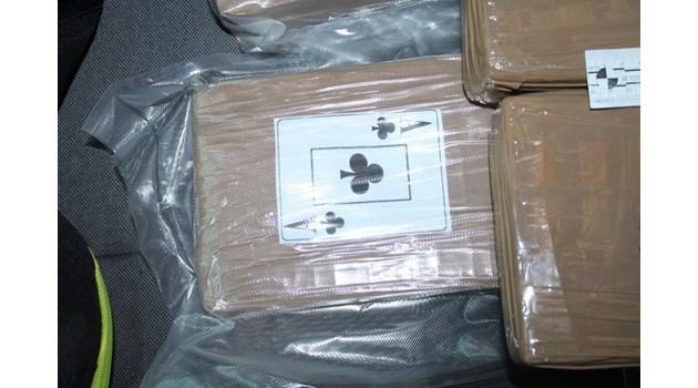 Шофьорът с 40 кг кокаин бил с 10 хил. лв. и признал, че носи забранени вещи (Снимки)