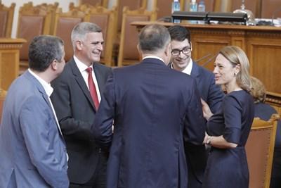 Шефката на парламента Ива Митева разговаря с премиера Стефан Янев и служебните вицепремиери.