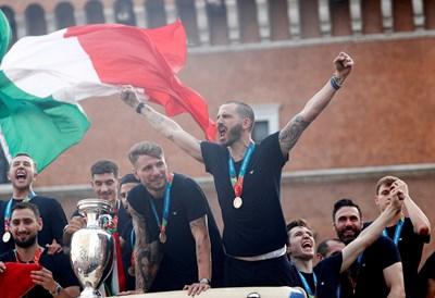 Италианските футболисти триумфират след победата на европейското. СНИМКИ: РОЙТЕРС