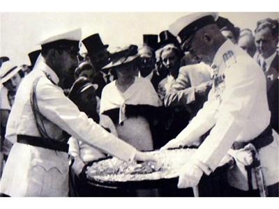 """Цар Борис Трети взима ключа на мавзолей """"Владислав Варненчик"""", поднесен му от полк. Петър Димков на 4 август 1935 г."""