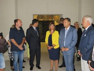 """Мая Гойкович, домакинът Даниел Панов и придружаващият я зам.-председател на НС Явор Нотев пред храма """"Св.40 мъченици"""""""