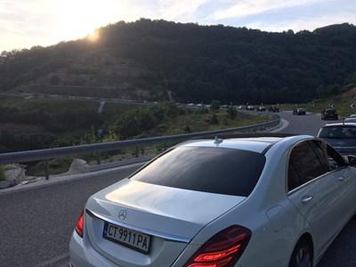 Колоната от автомобили на Маказа в посока България е 7 км и чакането е с часове. Снимки: 24 часа