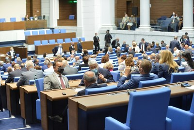 Парламенът окончателно прие промени в закона за оръжията.