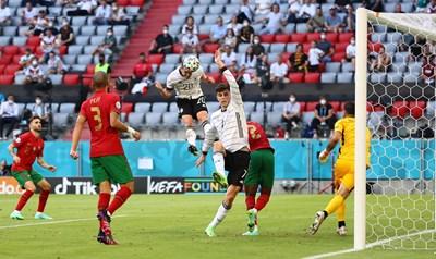 Робин Госенс вкарва с глава 4-ия гол за Германия. СНИМКА: РОЙТЕРС