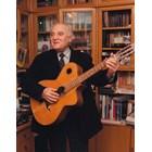 Димитър Попов обичаше да пее и свири на китарата си...