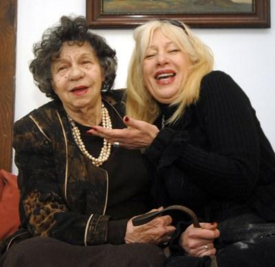 Стоянка Мутафова с дъщеря си Мария Грубешлиева-Муки в дома им СНИМКА: Николай Литов