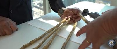 Отрязаха ноктите на човека с най-дългите такива. Кадър: YouTube/Guinness World Records