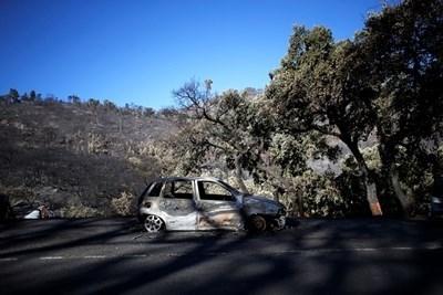Изгоряла от горските пожари кола СНИМКА: Ройтерс