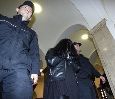 Цвета Таскова крие лицето си от обективите в съда. СНИМКА: Йордан Симeонов