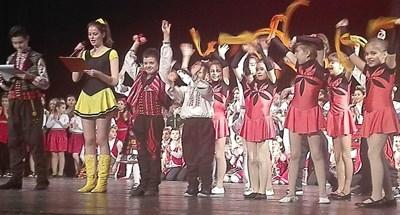 """Емоционалният концерт за 20-та годишнина на """"Миладина"""" събра десетки деца и възрастни на сцената. Снимки:Авторът"""