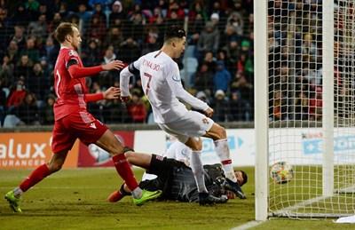 Кристиано Роналдо вкарва 99-ия си гол за Португалия при 2:0 в Люксембург. Снимки: Ройтерс