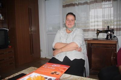 57-годишната Шефкие Зотева е щастлива, че е чула гласа на сина си Ивайло след 10 години. СНИМКА: Валентин Хаджиев