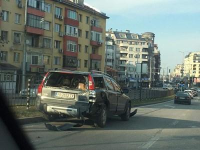 Един от пострадалите автомобили СНИМКА: Радко Паунов