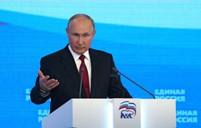 """Путин говори на конгреса на """"Единна Русия"""", на който лично обяви водещите кандидати за изборите. СНИМКА: РОЙТЕРС"""
