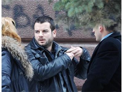 Иван обсъжда делото с адвокатката си пред съда. СНИМКИ: ЙОРДАН СИМЕОНОВ