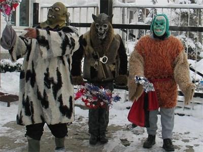 """По традиция на Атанасовден маскирани младежи """"гонят чумата"""" Снимка: Архив"""