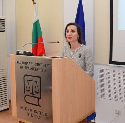 """Виолета Магдалинчева е съдия в Софийския градски съд. Тя бе председател на състава, който осъди бандата за отвличания """"Наглите"""". Заради безупречната си работа по делото бе отличена с приза """"Юрист на годината"""" през 2010 г. Тя е второ поколение съдия. Дъщеря е на бившия зам.-шеф на Върховния административен съд (ВАС), а в момента представляващ Висшия съдебен съвет (ВСС) Боян Магдалинчев. СНИМКА: Йордан Симeонов"""
