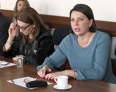 Бетина Жотева (вдясно) лансира предложението от името на СЕМ.  СНИМКА: РУМЯНА ТОНЕВА