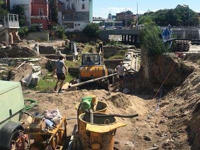 Непроученият терен е с площ 300 кв. метра и в момента работници укрепват. Снимки: Авторът