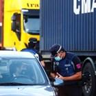 Полицията в испанската столица и околните градове от днес спира влизащите и излизащите от някои работнически квартали, които бяха поставени под частична карантина, за да се спре най-бързото разпространяване на коронавируса в Европа. Снимки: Ройтерс
