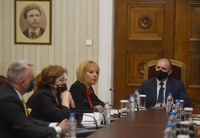 """Представители на коалицията """"Изправи се! Мутри вън!"""" на консултация с президента Радев СНИМКА: Велислав Николов"""