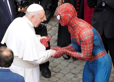 Папата получи и подарък от Спайдърмен Снимка: Ройтерс