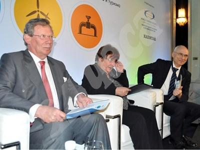 Зам.-министърът на енергетиката Евгения Харитонова и посланикът на Дания Коре Янсон (вляво) откриха във вторник конференция,  посветена на деня на българската енергетика. СНИМКА: 24 часа