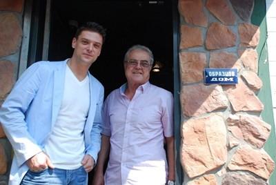 """Михал с баща си Спас Ашминов пред входа на ресторант """"Зелен"""" СНИМКА: МАРИНА НИКОЛОВА"""