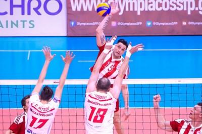 Тодор Алексиев опитва да преодолее Теодор Тодоров и Георги Петров преди да бъде сменен.
