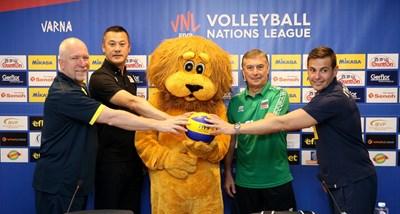 Селекционерите на мъжките волейболни отбори на Австралия, Япония, България и Италия заедно с талисмана на българския отбор преди старта на мачовете във Варна.